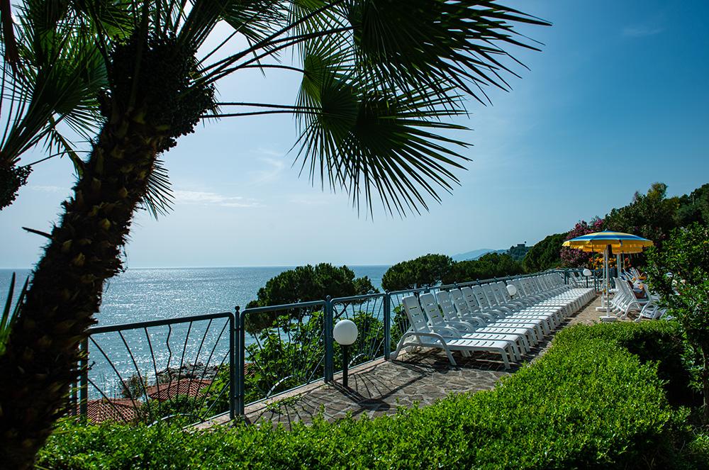 lido-paradiso-la-piscina-vicino-al-mare-immerso-nella-natura